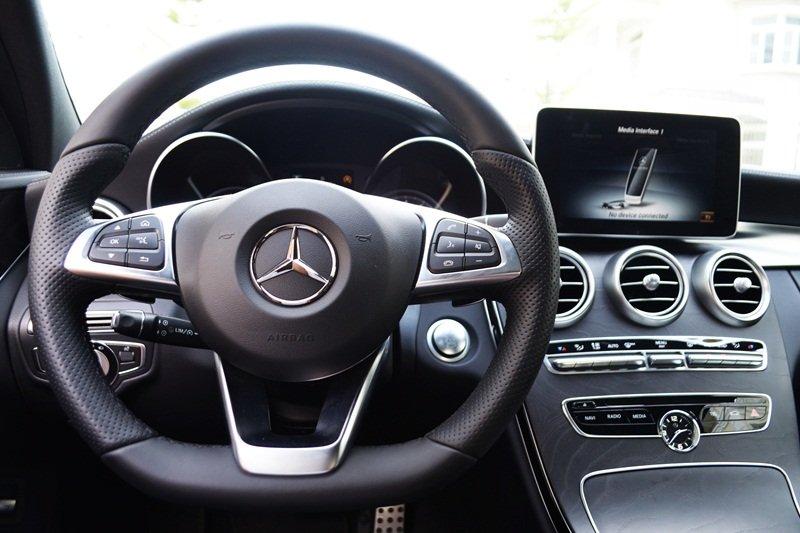 Mercedes-Benz C250 AMG sử dụng vô lăng 3 chấu bọc da.