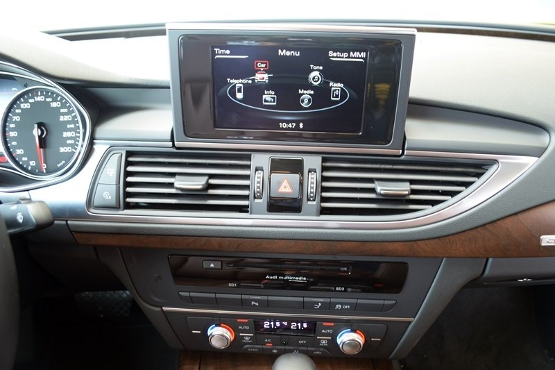 Bảng Tablo của Audi A7 Sportback được thiết kế đơn giản với những đường nét uốn lượn.