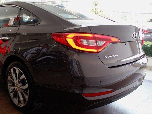 Đuôi xe Hyundai Sonata.