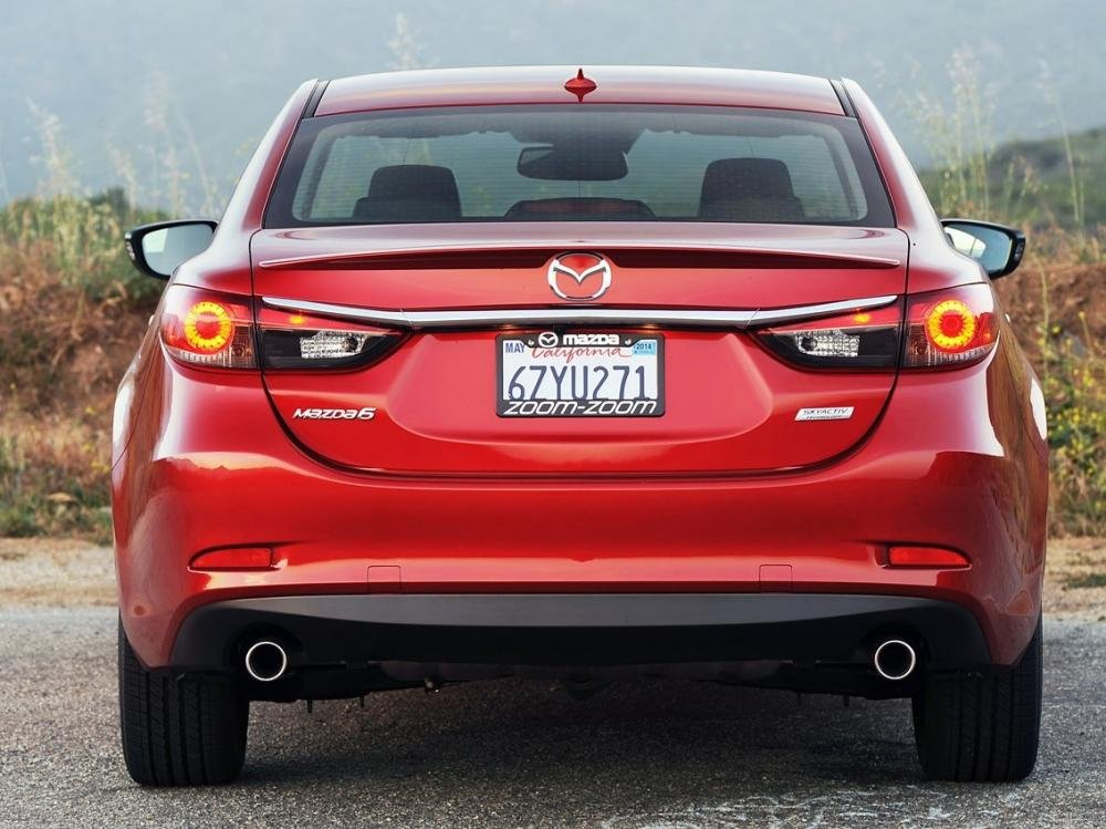 So sánh xe Toyota Camry 2015 và Mazda6 về đuôi xe a