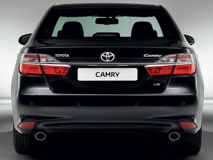 So sánh xe Toyota Camry 2015 và Mazda6 về đuôi xe.