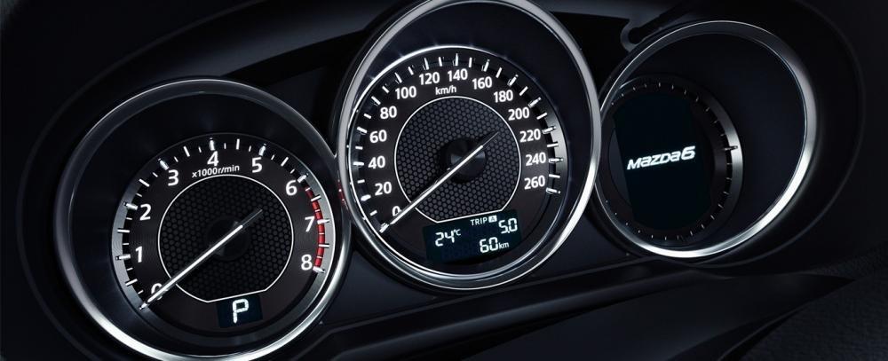 Cụm đồng hồ lái của Toyota Camry 2015.