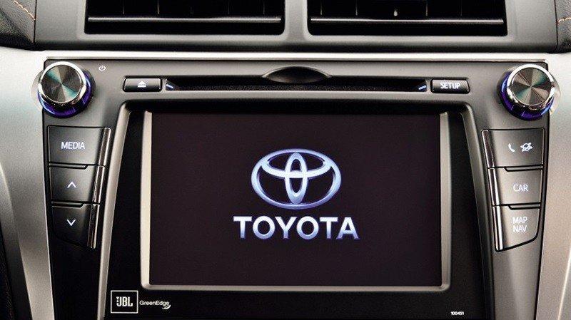Màn hình trung tâm của Toyota Camry 2015.