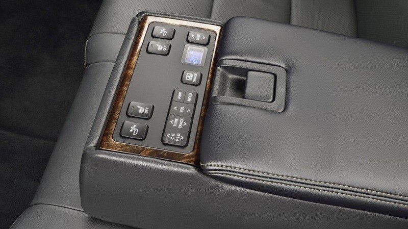 Các phím bấm chức năng của Toyota Camry 2015.