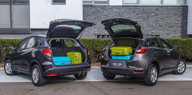 So sánh khoang chứa đồ của Honda HR-V và Mazda CX3.