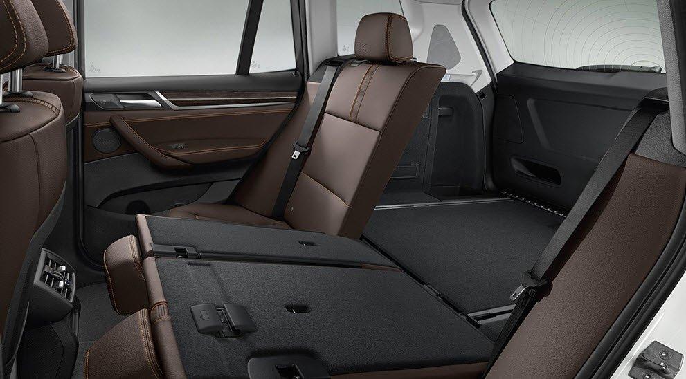 Hàng ghế sau của BMW X3 có thể gập linh hoạt.