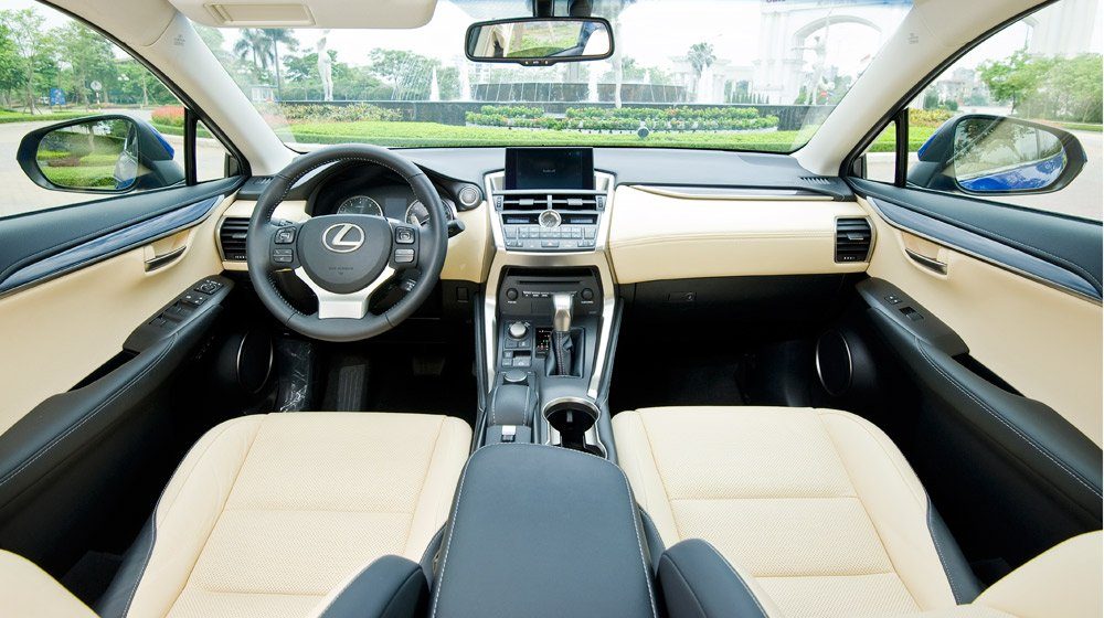 Nội thất của Lexus NX200t hướng tới người lái với đầy đủ các chức năng cần thiết.