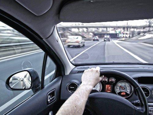 Khi muốn vượt xe, bạn cần phải quan sát kỹ các phương tiện xung quanh 1