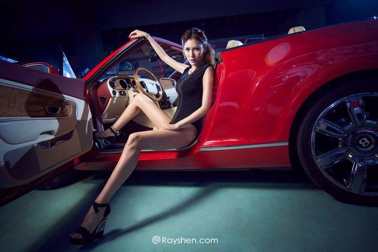 Chân dài quyến rũ bên xế đỏ sành điệu 3