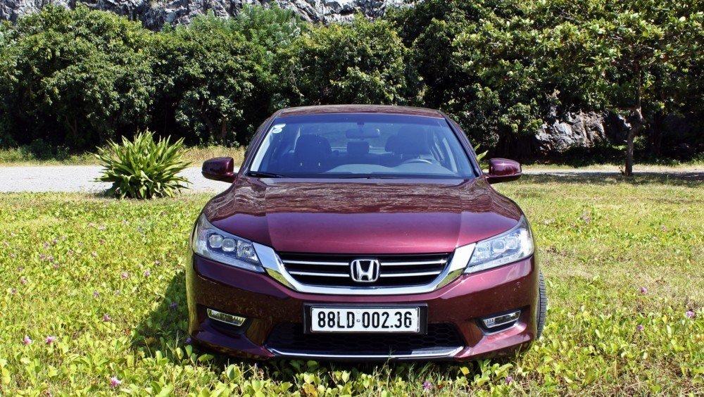 Đầu xe Honda Accord là sự kết hợp giữa phong cách truyền thống và hiện tại.
