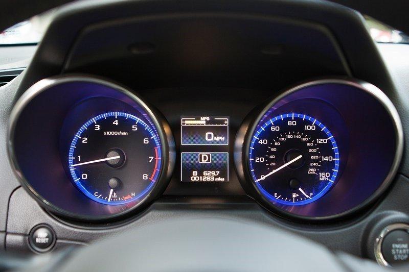 Bảng đồng hồ trên Subaru Legacy.