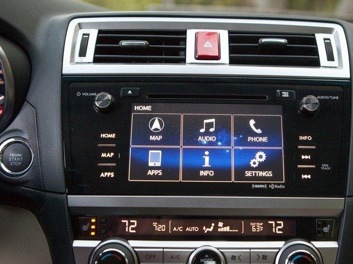 Bảng điều khiển trung tâm của Subaru Legacy.