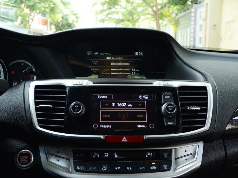Bảng điều khiển trung tâm của Honda Accord.