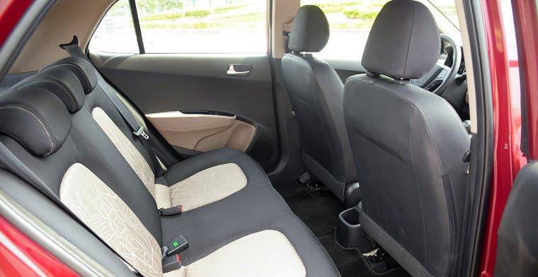 Không gian hàng ghế sau của Hyundai Grand i10 tương đối rộng rãi.