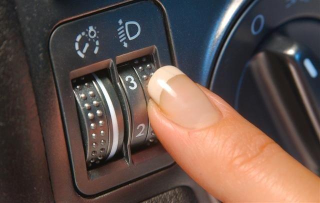 Nút điều chỉnh đèn pha theo tải trọng trên xe dùng đèn pha xenon.