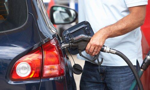 Không nên đổ xăng quá đầy bình để hạn chế trọng lượng xe.