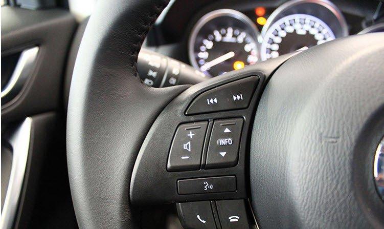 Các phím điều khiển các thiết bị nghe nhìn được tích hợp trên vô - lăng 1