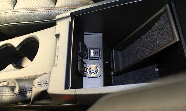 Cổng USB và hộc mồi thuốc được bố trí trong hộc trung tâm 1