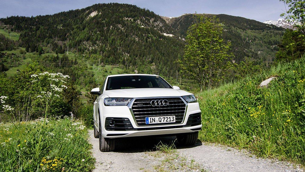 Đầu xe Audi Q7 2016 được thiết kế tinh sảo và sắc cạnh.