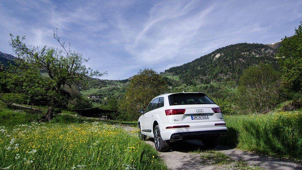 Đánh giá xe Audi Q7 2016: Đuôi xe được thiết kế mới.