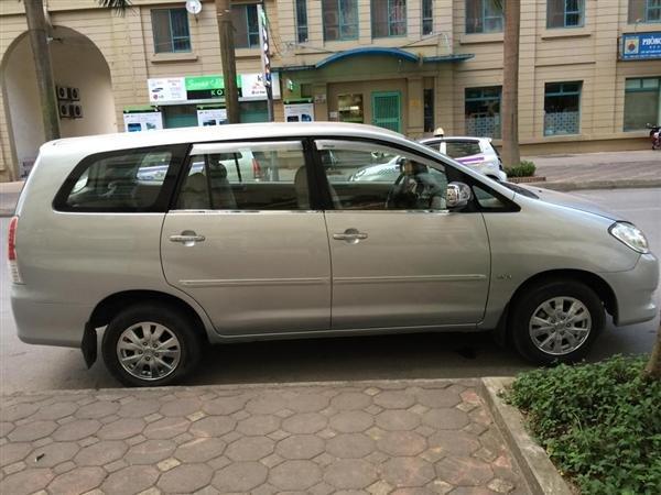 Cần bán Toyota Innova sản xuất 2011, màu bạc xe gia đình -3