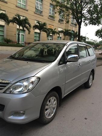 Cần bán Toyota Innova sản xuất 2011, màu bạc xe gia đình -2