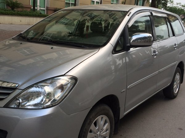 Cần bán Toyota Innova sản xuất 2011, màu bạc xe gia đình -0
