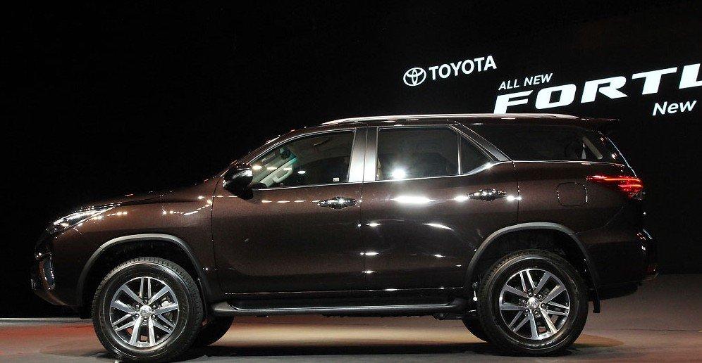 Thân xe Toyota Fortuner sở hữu những đường gân dập nổi ấn tượng.