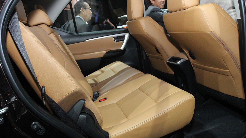 Không gian để chân hàng ghế thứ 2 của Toyota Fortuner 2016 tương đối rộng rãi.