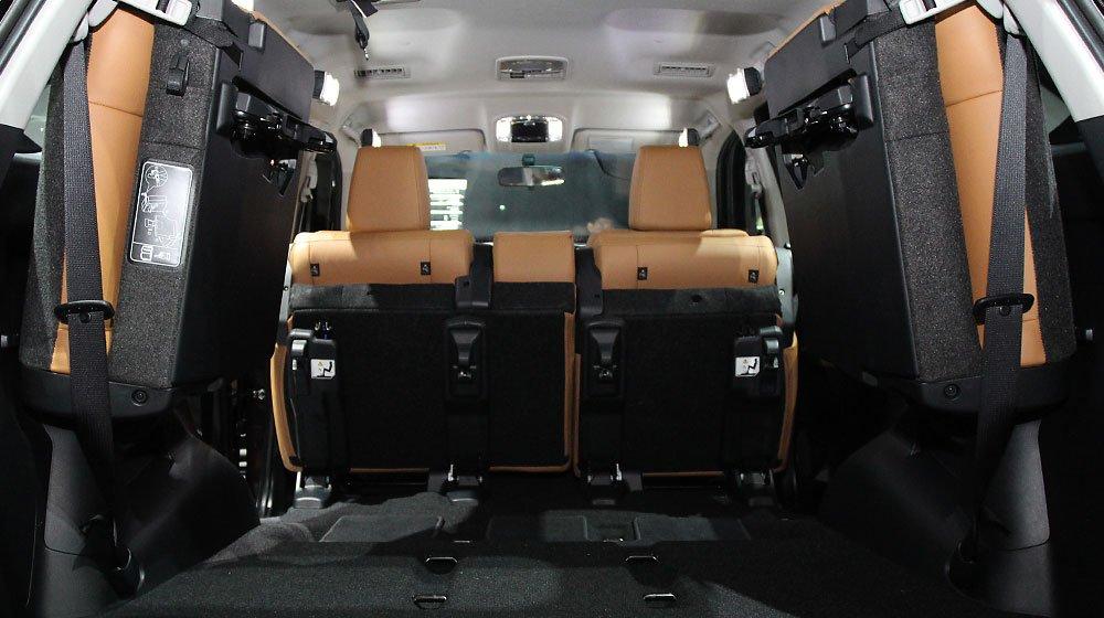 Hàng ghế sau của Toyota Fortuner 2016 có thể gập thoải mái.