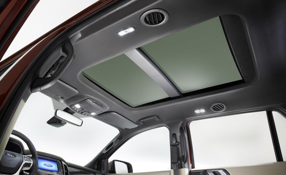 Ford Everest 2015 được trang bị cửa sổ trời cho không gian nội thất thoáng đãng.