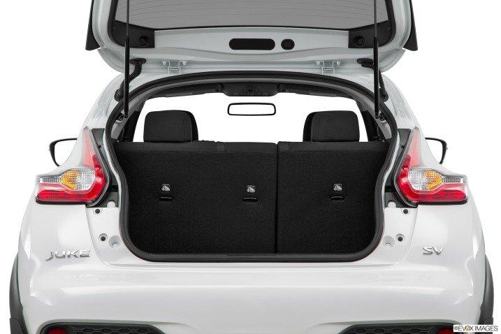 Nissan Juke 2015 sở hữu khoang hành lý rộng rãi và hộc chứa đồ tiện dụng.
