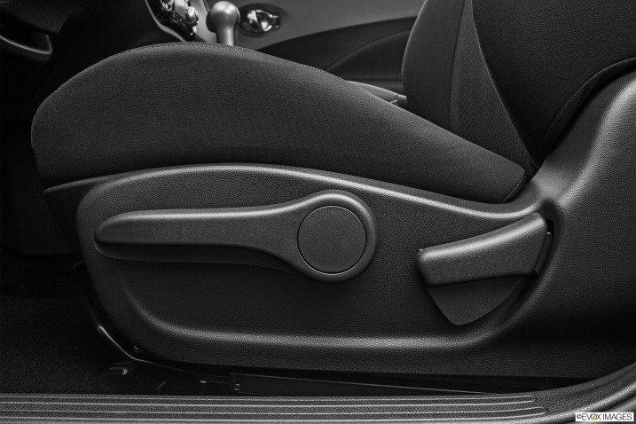 Gạt điều chỉnh ghế Nissan Juke 2015.