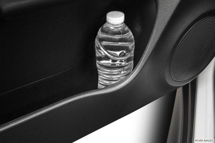 Ngăn chứa đồ bên trong cửa xe Nissan Juke 2015 .