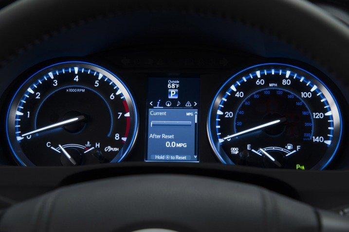 Bảng đồng hồ lái của Toyota Highlander.