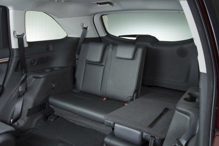 Hàng ghế sau của Toyota Highlander 2015 có thể gập thoải mái.