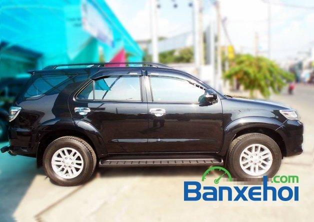 Xe Toyota Fortuner V 2012 cũ màu đen đang được bán với giá 930000000 vnd-1