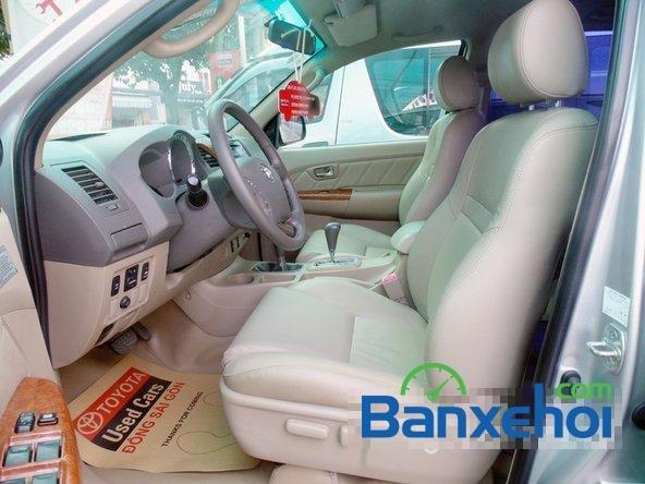 Xe Toyota Fortuner V 2010 cũ màu bạc đang được bán-2