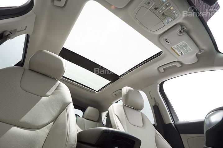 Cửa sổ trời thông thoáng của Ford Edge 2015.