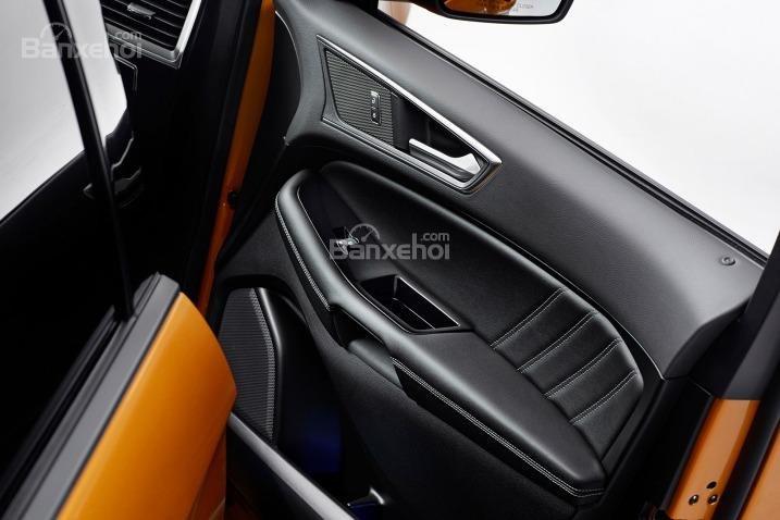 Tựa tay hiện đại của Ford Edge 2015.