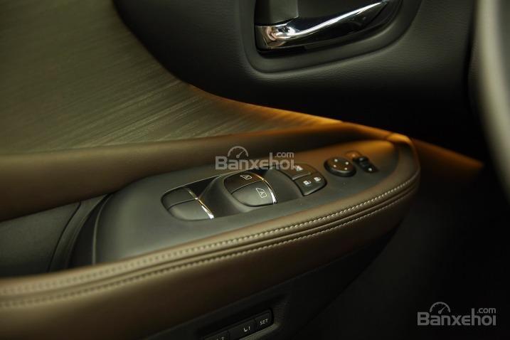 Phím bấm chức năng trên tựa tay cửa của Nissan Murano 2015.