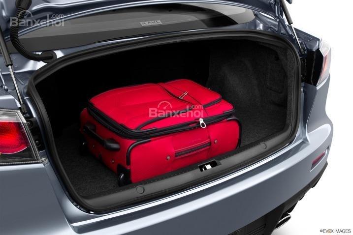 Nhận xét khoang hành lý xe Mitsubishi Lancer Evolution 2015
