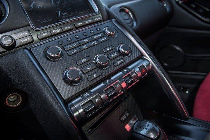 Đánh giá bảng điều khiển xe Nissan GT-R Premium 2015.