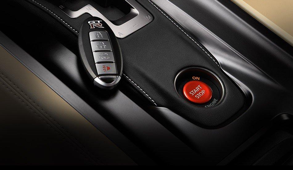 Đánh giá nút khởi động xe Nissan GT-R Premium 2015