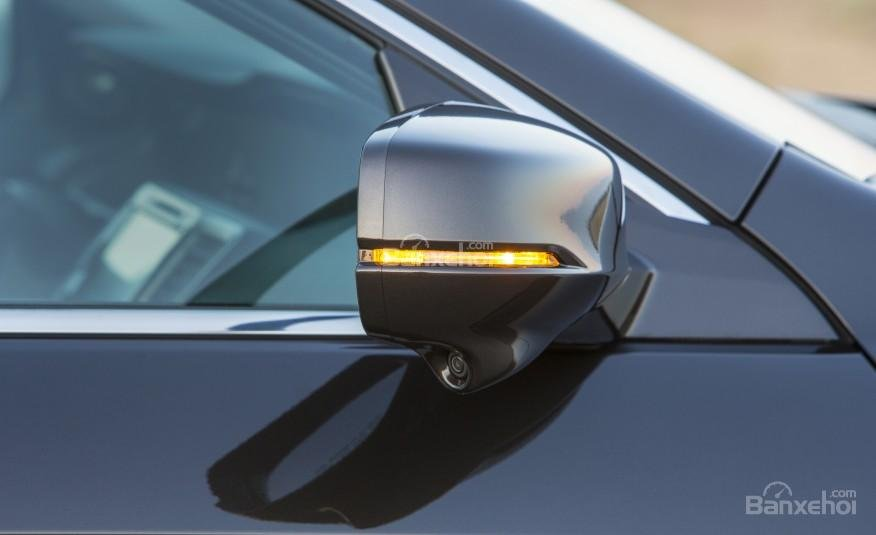 Gương chiếu hậu của Honda Accord 2016 tích hợp đèn báo rẽ.