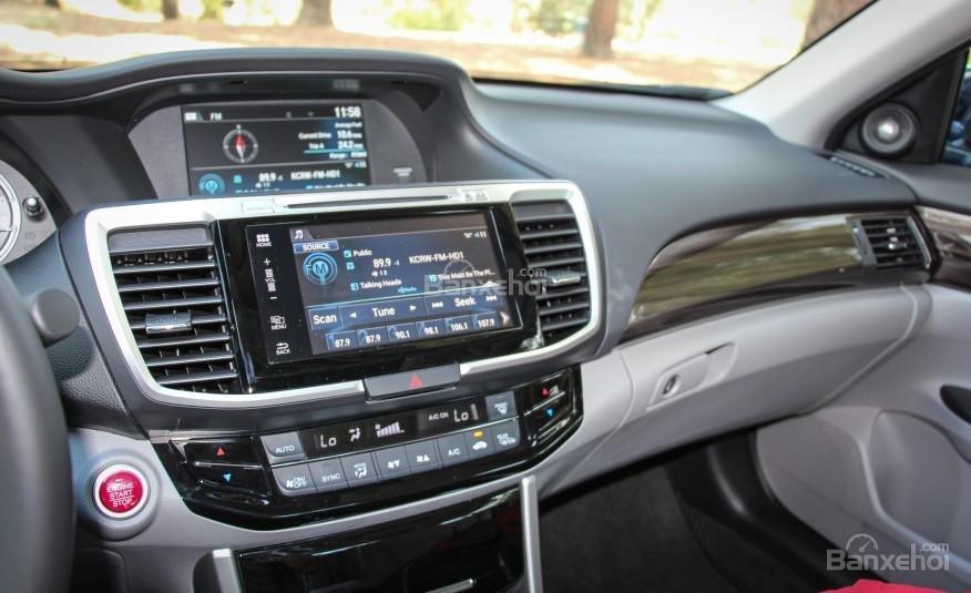 Màn hình cảm ứng trên Honda Accord 2016.