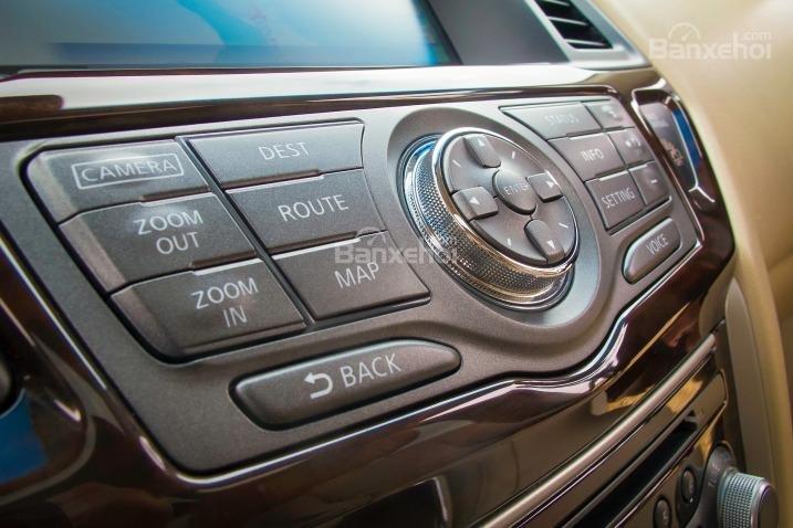 Các phím điều khiển hệ thống thông tin giải trí trên Nissan Pathfinder 2015.