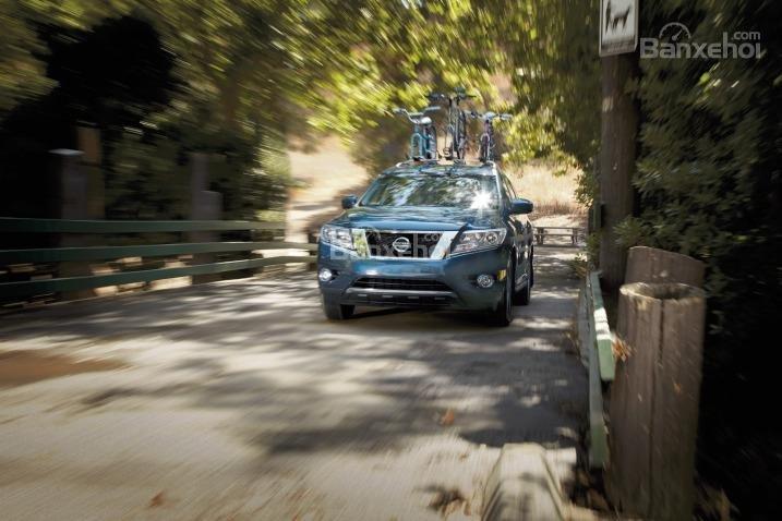 Với hệ thống treo hoạt động hiệu quả, Nissan Pathfinder có khả năng di chuyển khá ổn định.
