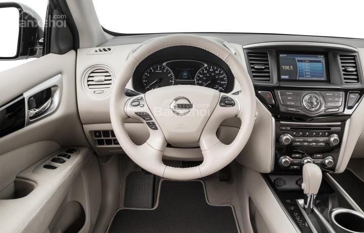 Vô-lăng của Nissan Pathfinder 2015 có tích hợp các phím bấm điều chỉnh chức năng.