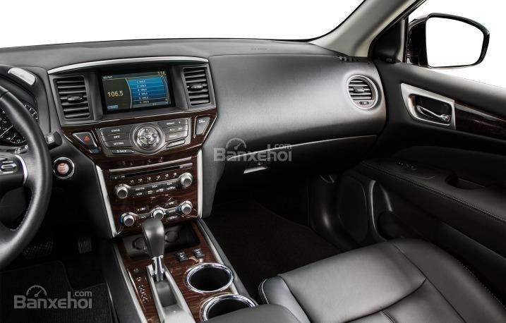 Nissan Pathfinder 2015 được trang bị hệ thống thông tin giải trí hiện đại.